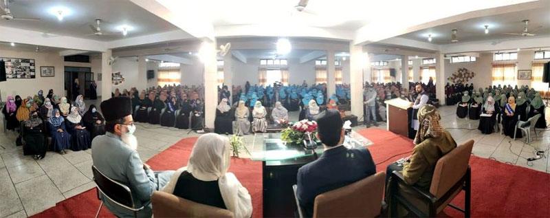 Dr Hassan Mohi-ud-Din Qadri addresses MCW students